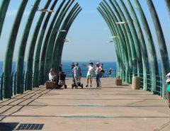 """Com uma estrutura que lembra os ossos de uma baleia, o local foi eleito um dos píeres mais bonitos do mundo pela """"CNN"""""""