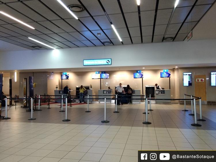 Balcão de recheck-in da SAA no Aeroporto OR Tambo de Joanesburgo
